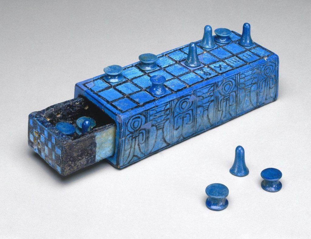 Античная доска для игры в сенет с выдвижным отсеком для фигур, на которой вписано имя Аменхотепа III, датируется 14 веком до н.э. Из открытых источников